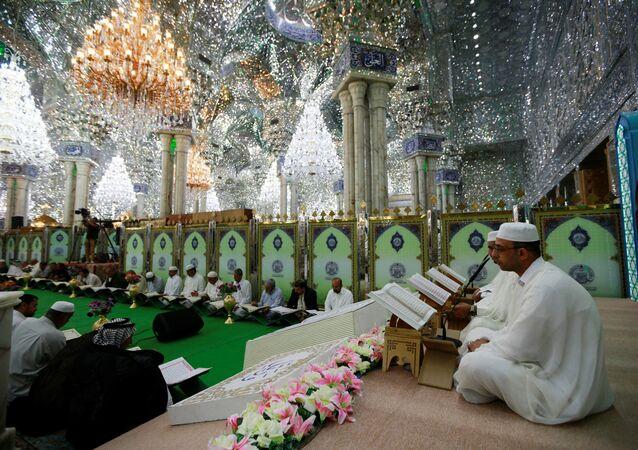 Fiéis leem o Alcorão na mesquita al-Imam Ali, durante o mês sagrado do Ramadã em Najaf, Iraque.
