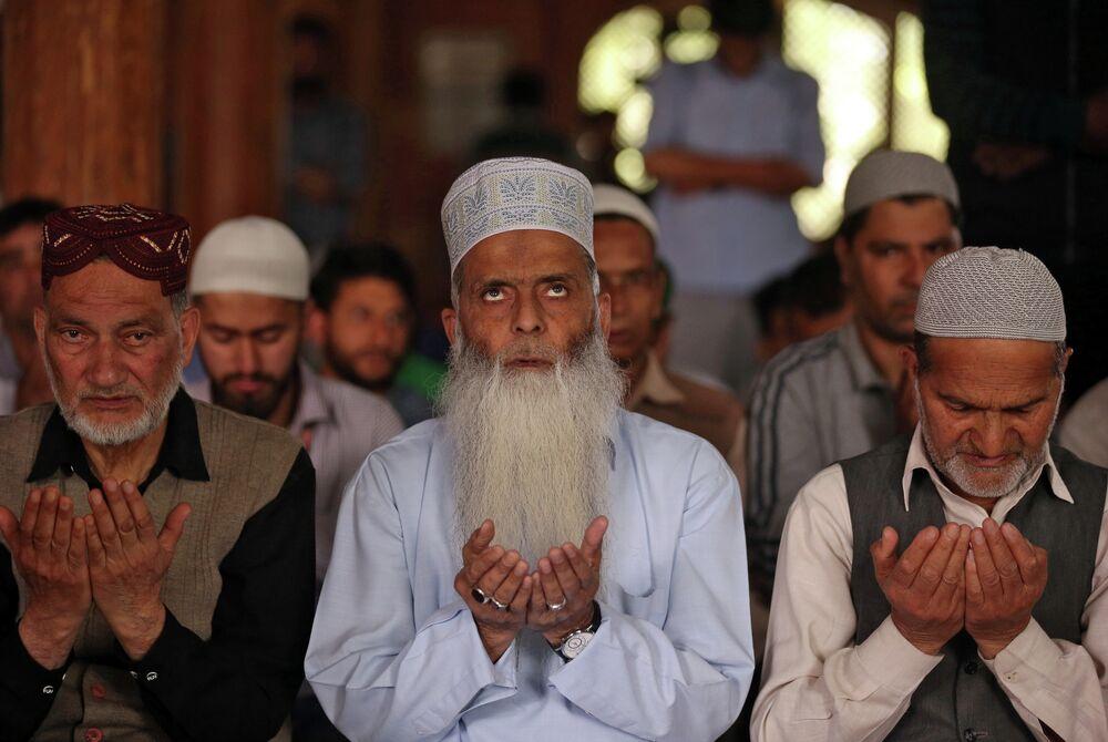 Muçulmanos rezam dentro de uma mesquita em Srinagar, capital da Caxemira no 9 de maio de 2019.