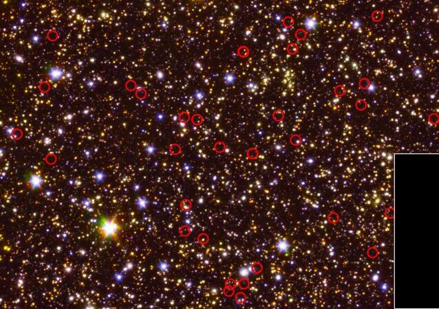 Foto tirada pelo telescópio espacial Spitzer, da NASA, mostra galáxias extremamente distantes (circuladas em vermelho), com uma delas sendo mostrada no canto inferior direito