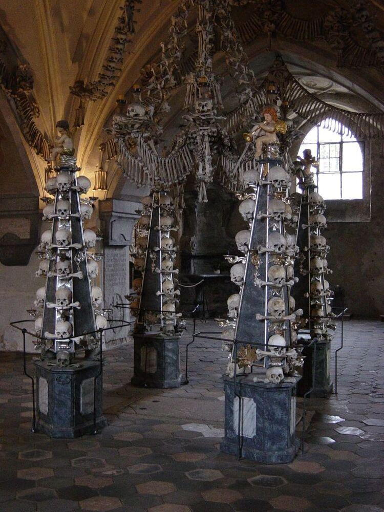 Ossuário de Sedlec é uma pequena capela católica, que contém cerca de 40 mil restos mortais humanos. Estes ossos faziam parte dos corpos de devotos católicos de toda a Europa que queriam ser enterrados no Cemitério de Todos os Santos em Sedlec, um subúrbio de Kutná Hora, na República Checa