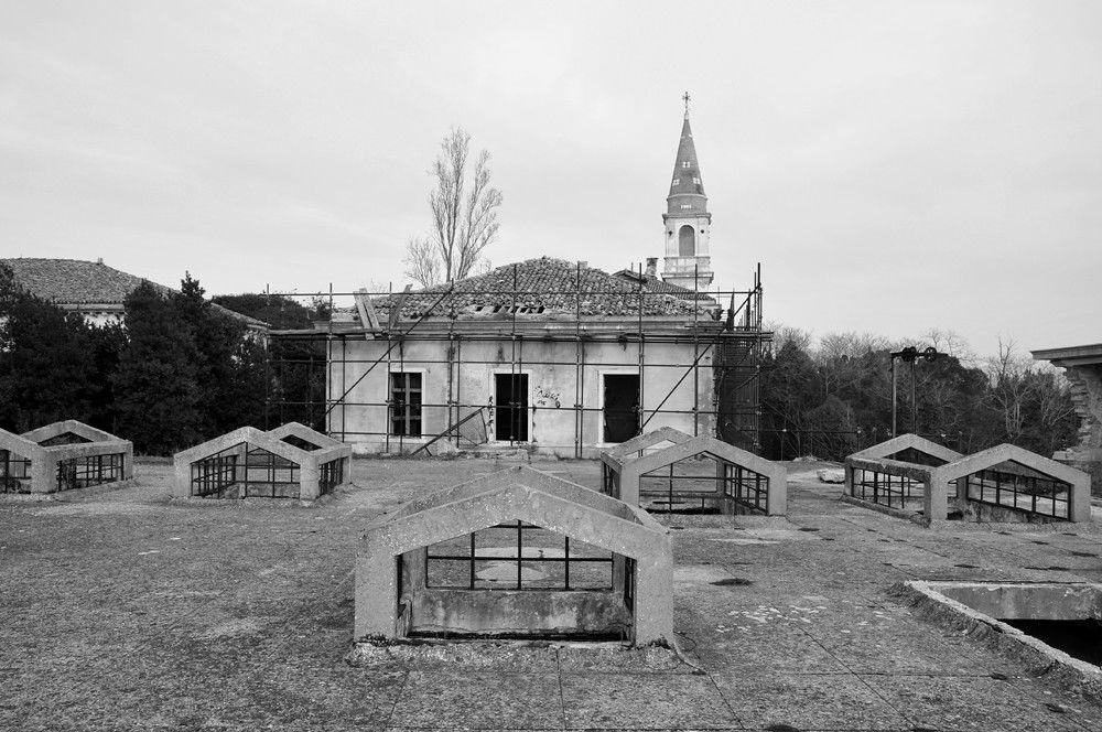Ilha de Poveglia, situada em Veneza (Itália), foi outrora uma zona de desterro para os infectados com a peste no final do século XVIII, e que na década de 20 se tornou lar para doentes mentais