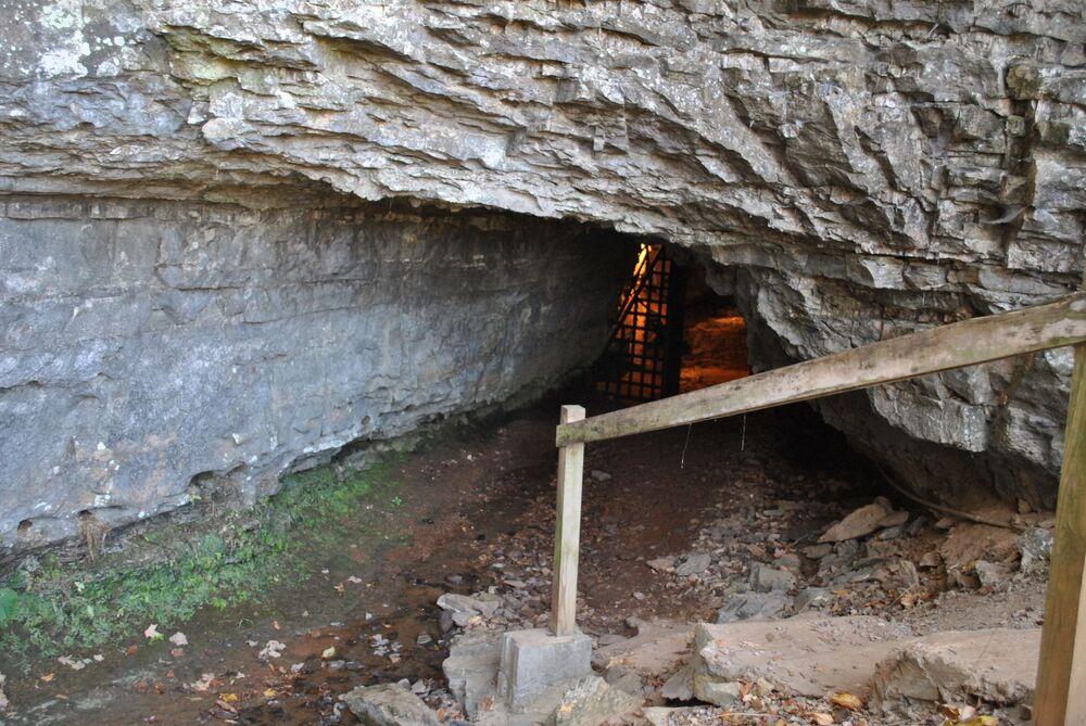 Caverna da Bruxa dos Bell, localiza-se no estado de Tennessee (EUA), e é alegadamente lar de uma bruxa que atormentou a família Bell no século XIX