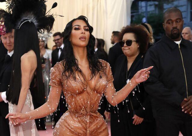 A celebridade americana Kim Kardashian com seu esposo Kanye West durante o Met Gala 2019