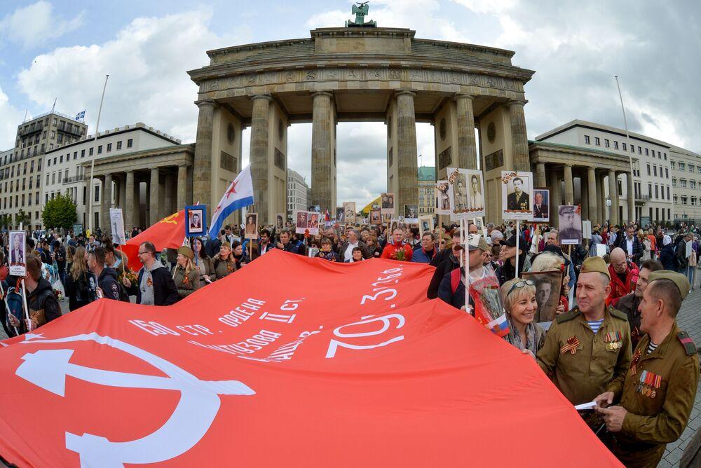 Participantes da marcha do Regimento Imortal, no Dia da Vitória, em homenagem ao 74º aniversário do triunfo sobre a Alemanha nazista em 1945, Berlim