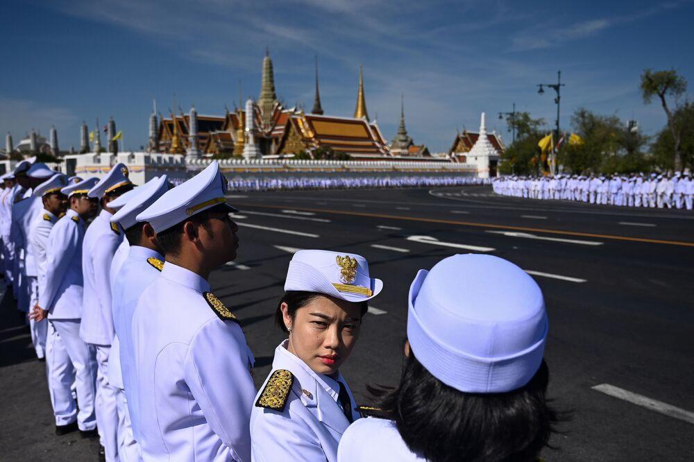 Funcionários à espera da chegada do rei tailandês Maha Vajiralongkorn para sua coroação em Bangkok, 4 maio de 2019