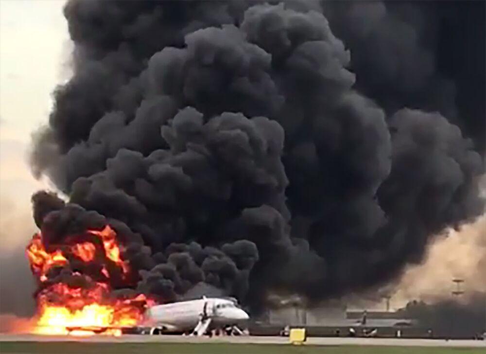 Fumaça preta se levanta de avião SSJ100 que fez pouso de emergência perto de Moscou