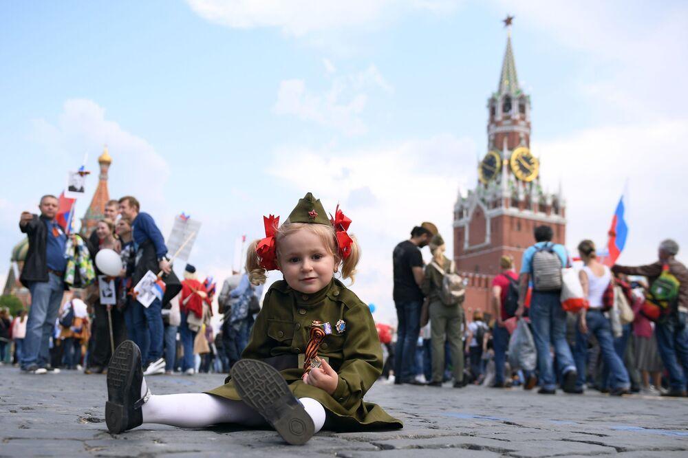 Participante da marcha do Regimento Imortal dedicada ao Dia da Vitória, Moscou