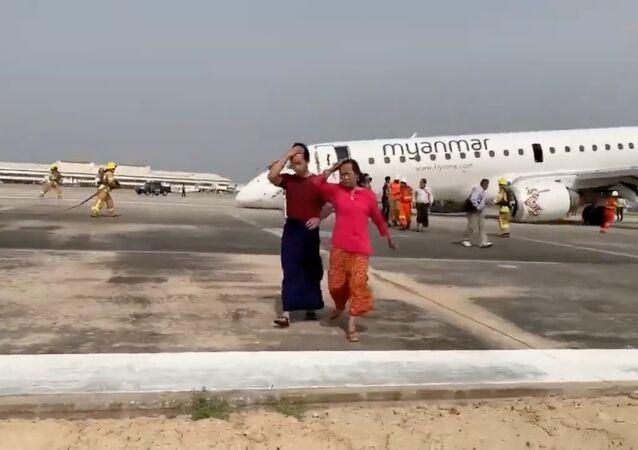 Passageiros do Embraer se afastando do local do acidente
