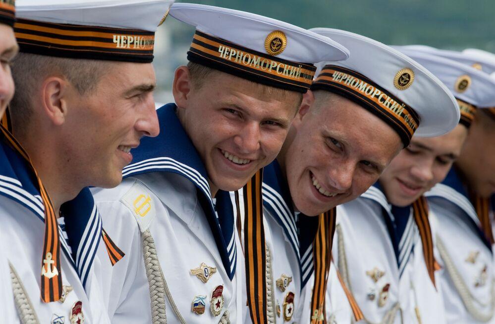Marinheiros russos a bordo do cruzador de mísseis Moskva