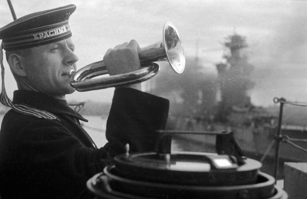 Clarim toca a alvorada para os marinheiros da frota