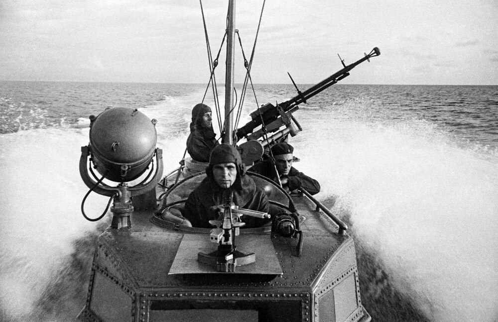 Marinheiros russos desempenham missão de combate a bordo de lancha de torpedos