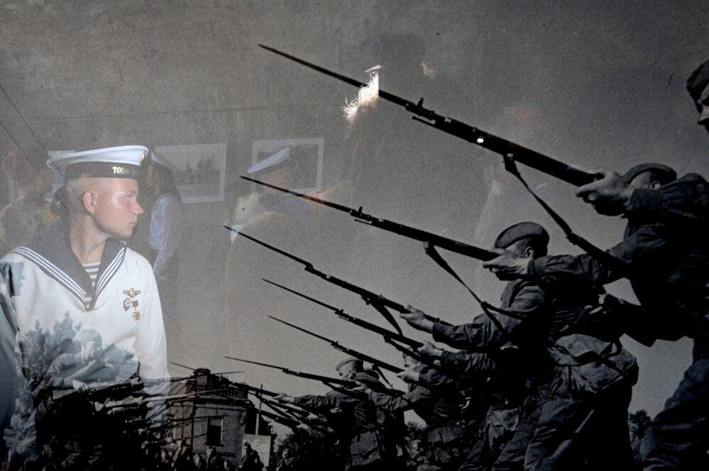 Militar da Frota do Mar Negro assistindo à exposição de fotos Exército e Marinha da Rússia, em Sevastopol