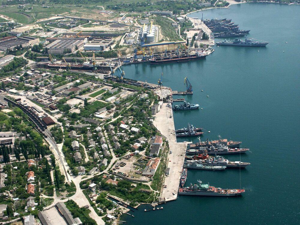 Navios da Frota do Mar Negro estacionados perto da costa de Sevastopol