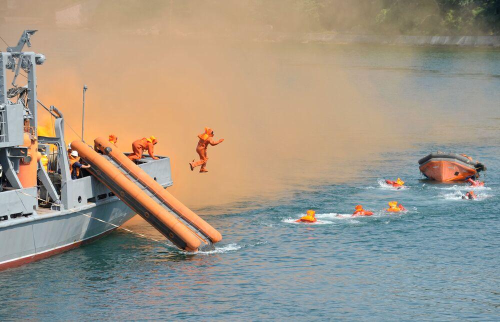 Treinamentos de salvamento na água na base da Frota do Mar Negro em Sevastopol
