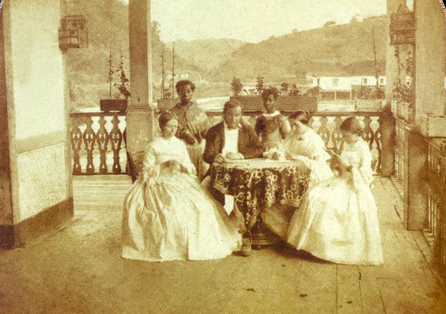 Uma família brasileira e sua escravas domésticas em foto de 1860.