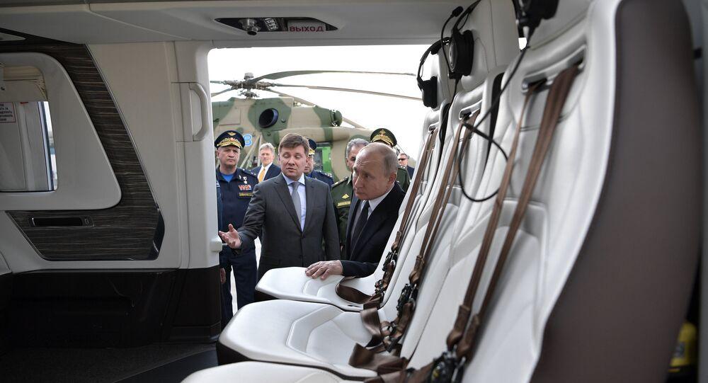 Presidente russo Vladimir Putin inspecciona o mais recente avião militar Mi-38T, em Kazan, Rússia, 13 de maio de 2019