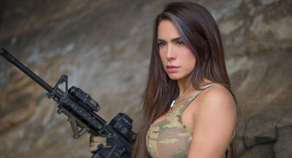 Orin Julie, também conhecida nas redes sociais como A Rainha das Armas, é modelo e veterana das Forças de Defesa de Israel (IDF)