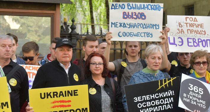 Diretor-geral da agência Rossiya Segodnya, Dmitry Kiselev, participando da ação em apoio do jornalista Kirill Vyshinsky perto da embaixada da Ucrânia em Moscou, 15 de maio de 2019