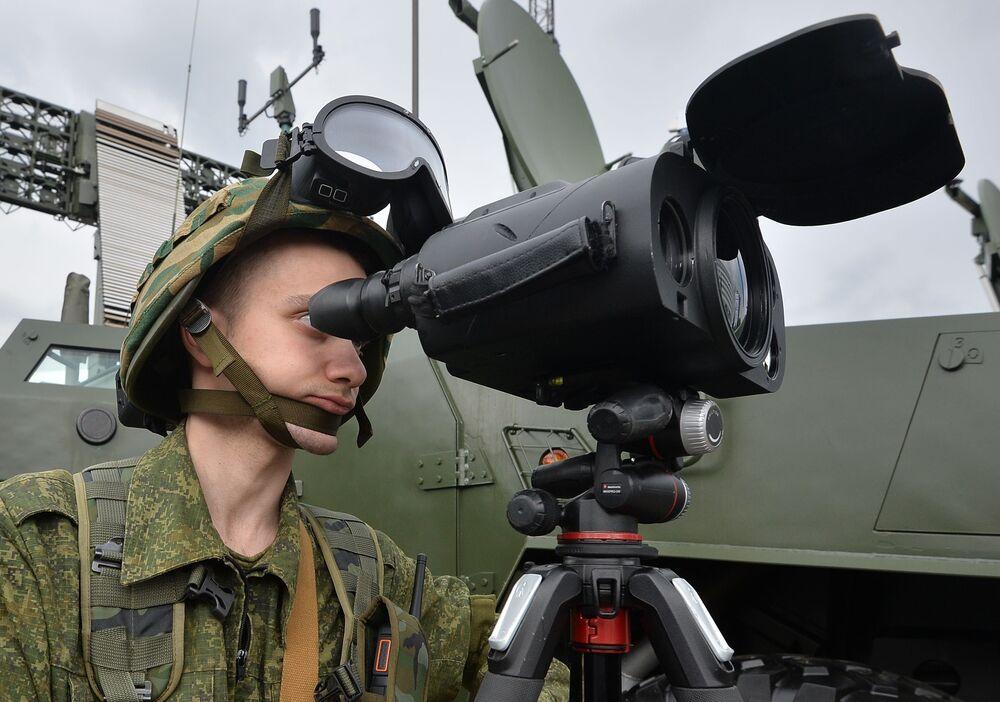 Demonstração de aparelho de controle visual na exposição MILEX 2019, em Minsk.