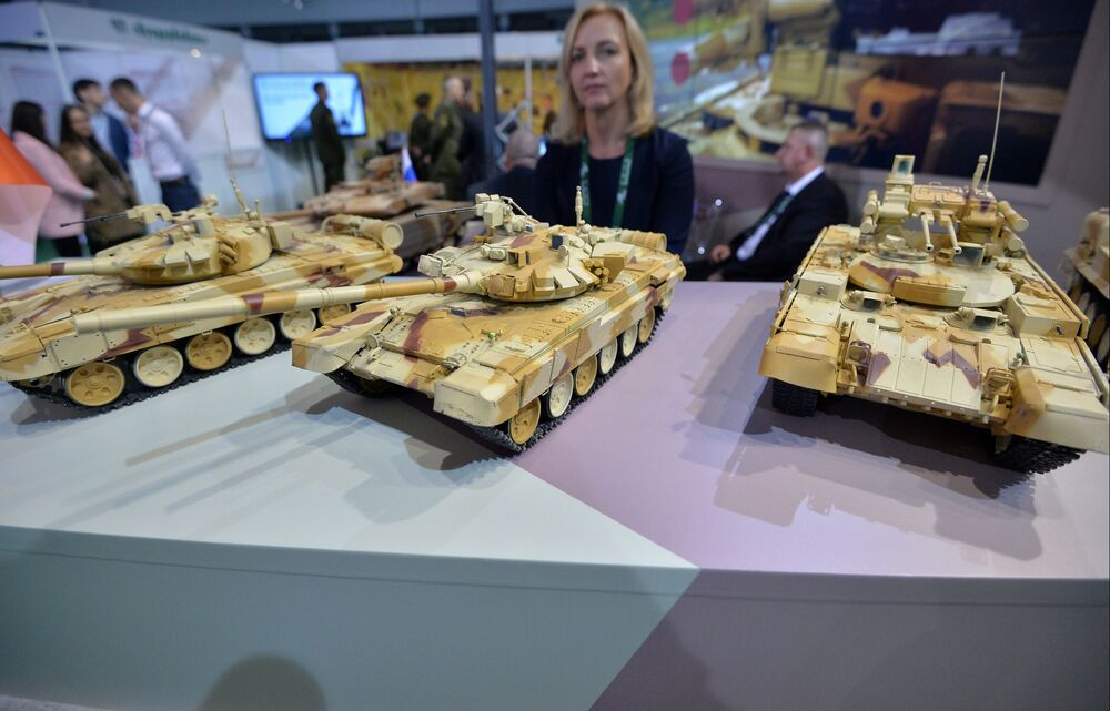 Miniaturas de veículos blindados são apresentadas na exposição internacional de armamento e equipamento militar MILEX 2019, em Minsk