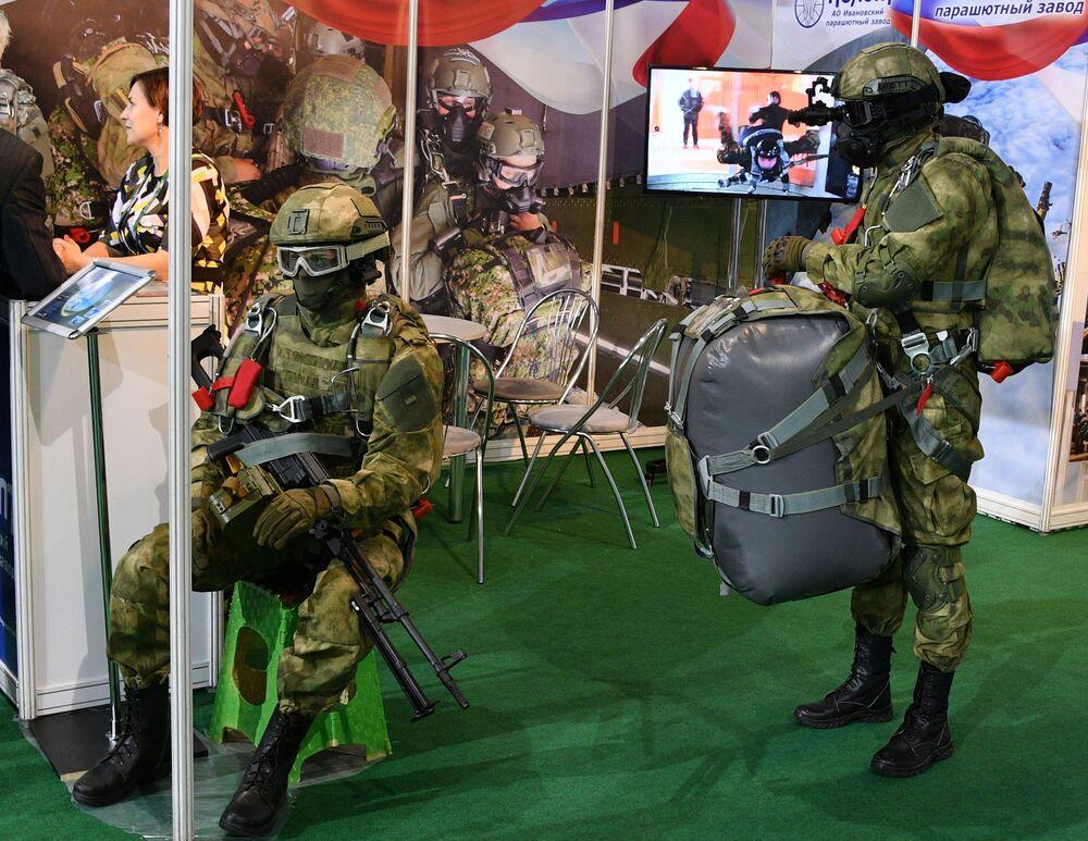 Manequins vestidos com trajes militares e segurando assessórios militares na MILEX 2019, em Minsk