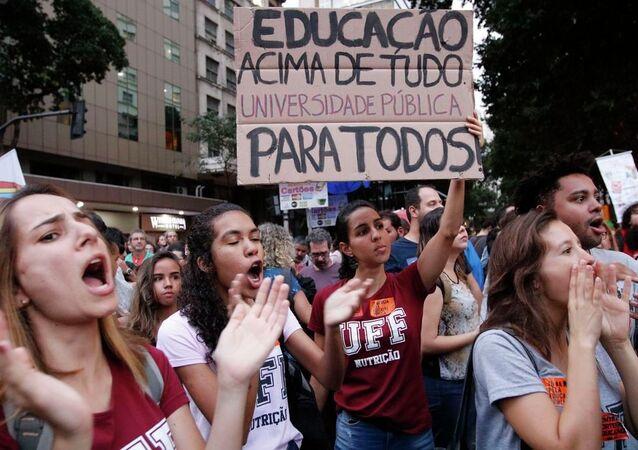 Estudantes e professores de institutos federais e universidades fazem manifestação na Avenida Presidente Vargas em protesto contra o bloqueio de verbas da educação