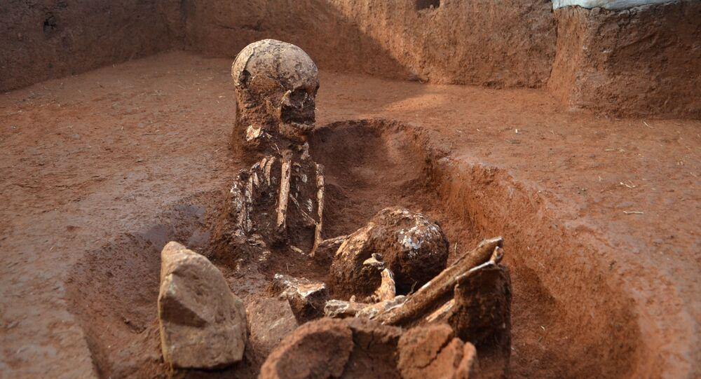 Cientistas encontram esqueletos dentro de vasos da morte em Laos