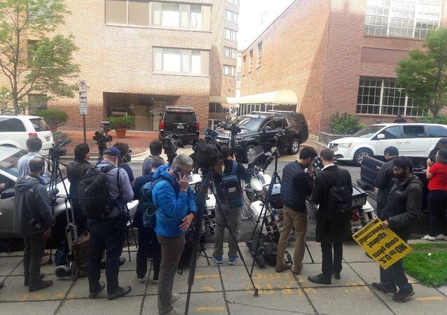 Situação perto da Embaixada da Venezuela em Washington quando a polícia arromba a embaixada, 16 de maio