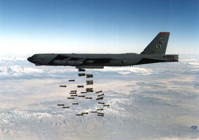 Bombardeiro B-52 sendo usado durante ataques aéreos contra a Iugoslávia (imagem referencial)