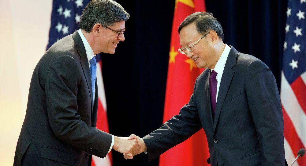 Secretário do Tesouro dos EUA, Jack Lew, cumprimenta o conselheiro de Estado da China, Yang Jiechi, durante o 7o Diálogo Estratégico e Econômico EUA-China, em Washington