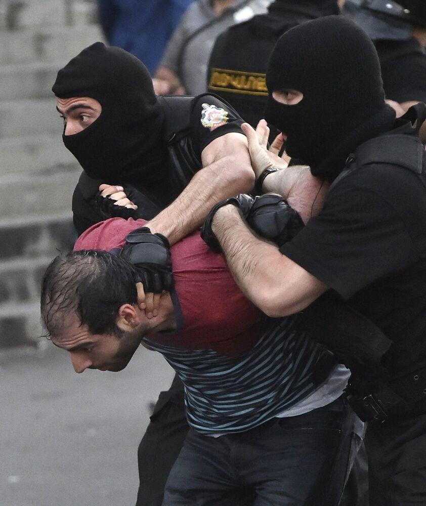 Um manifestante é detido pela polícia durante o protesto contra o aumento das tarifas de energia em Erevan, capital da Armênia, em 22 de junho de 2015.
