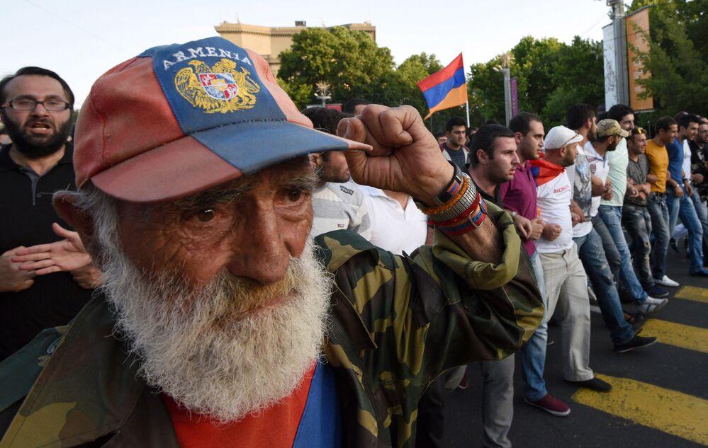 Um manifestante armênio levanta o punho durante o protesto contra o aumento das tarifas de energia em Erevan, capital da Armênia, em 22 de junho de 2015.