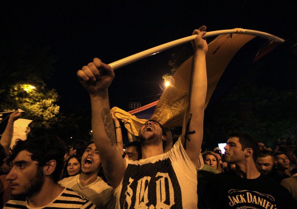 Participantes do protesto contra o aumento das tarifas de energia em Erevan, capital da Armênia, em 22 de junho de 2015.