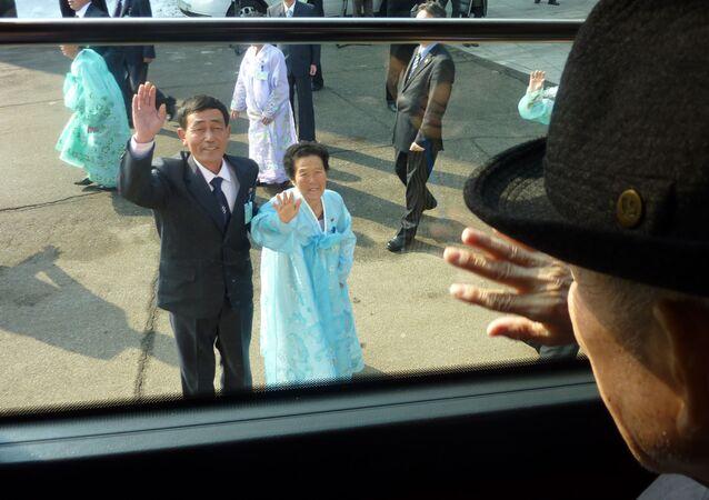 Encontros das famílias coreanas separadas pela guerra ocorre até hoje em dia. Esta foto mostra o sul-coreano Kim Se-Rin (direita) se despedindo à sua irmã norte-coreana Kim Young-sook (centro) e primo Kim Ki-bok (esquerda),