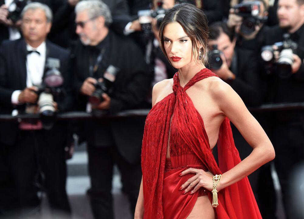 A supermodelo e atriz brasileira Alessandra Ambrósio no tapete vermelho durante a estreia do filme Os Miseráveis no 72º Festival Internacional de Cinema de Cannes