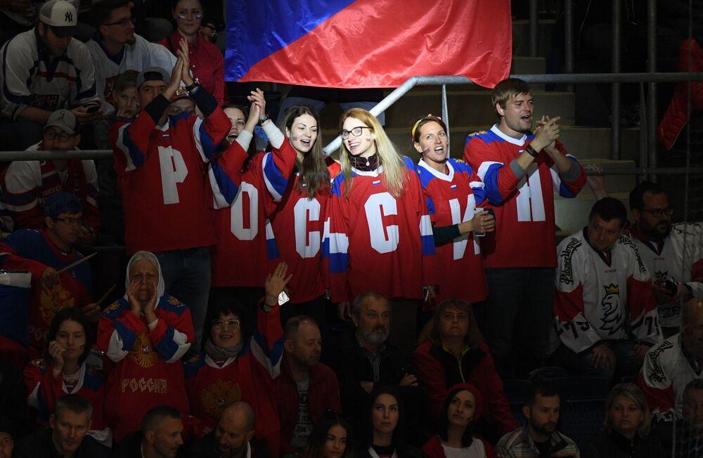 Fãs da seleção russa durante o jogo do campeonato do mundo de hóquei da fase de grupos entre as equipas nacionais da Rússia e da República Tcheca