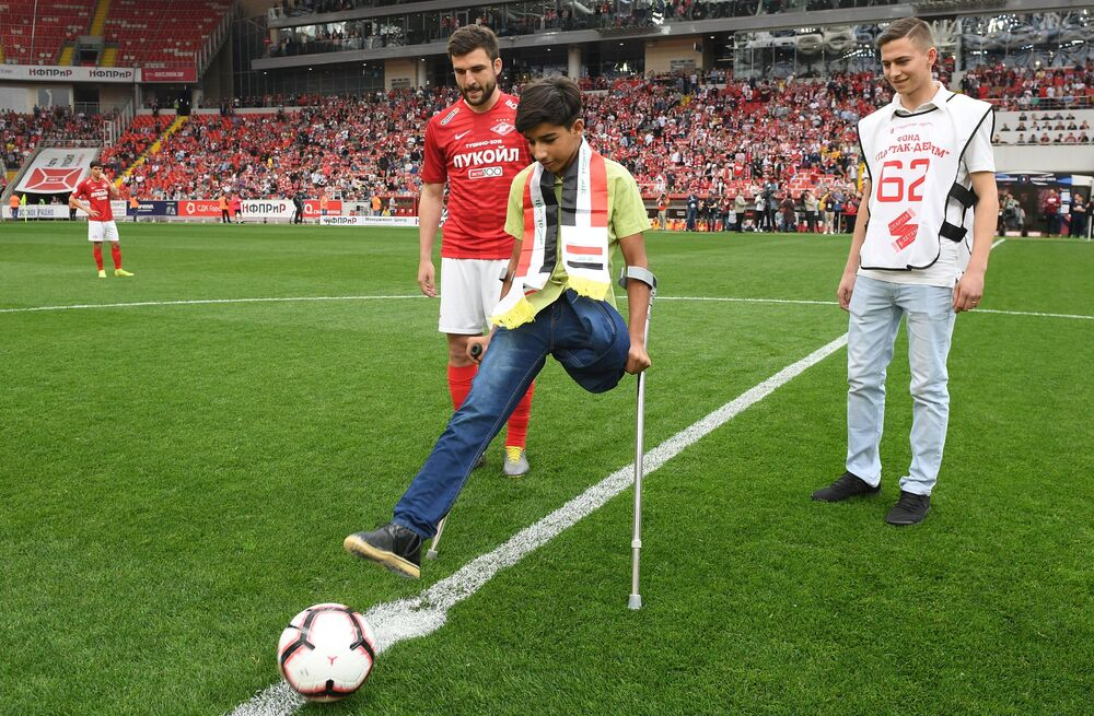 Kasim Alkadim, do Iraque, participa de uma partida de futebol em Moscou