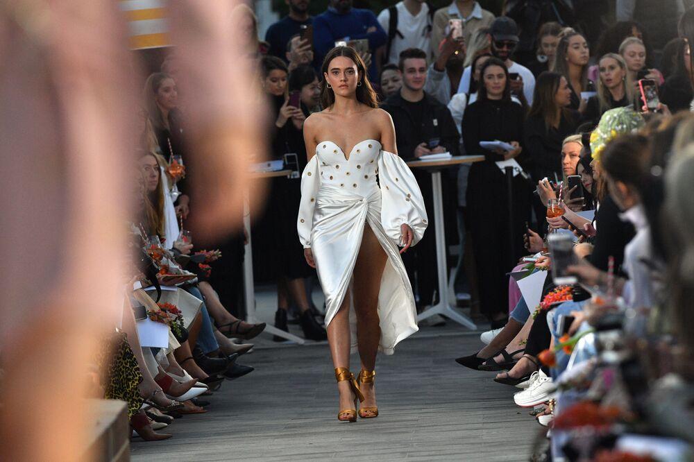 Modelo no desfile de Jonathan Simkhai na Semana da Moda de Sydney