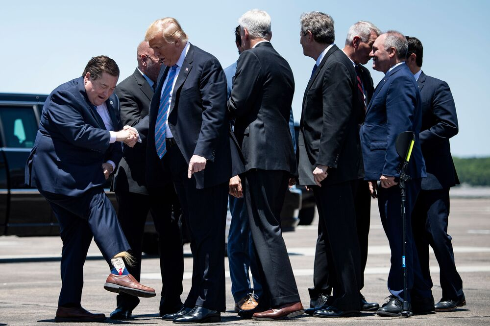 Vice-governador do estado americano de Louisiana Billy Nungesser mostra ao presidente dos EUA Donald Trump meias com sua imagem no aeroporto de Lake Charles