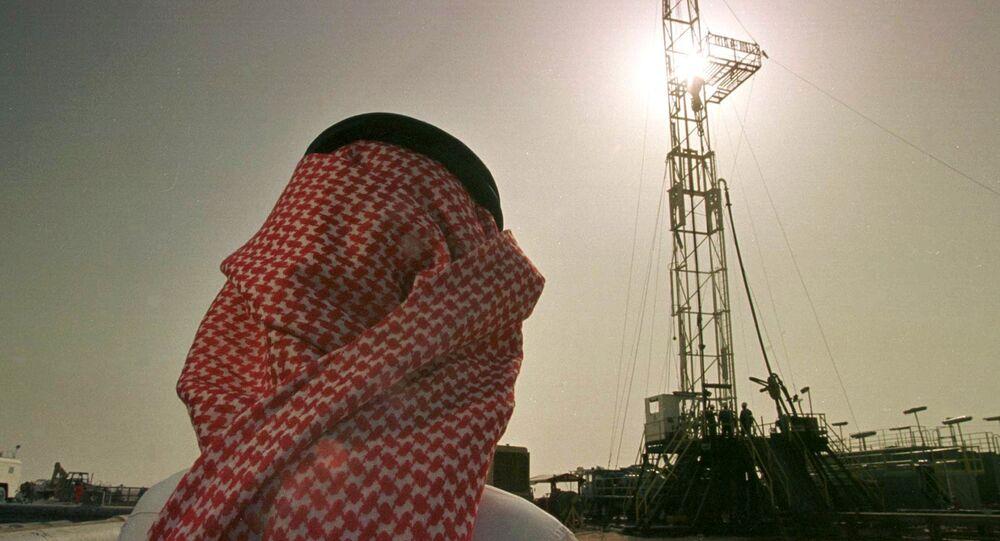 Um funcionário da companhia de petróleo saudita Aramco observa uma plataforma no campo de petróleo de al-Howta.