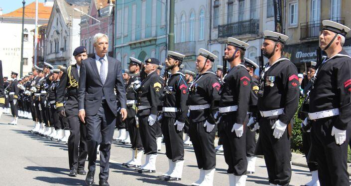 Ministro da Defesa, João Gomes Cravinho, inspecionando tropas da Marinha portuguesa