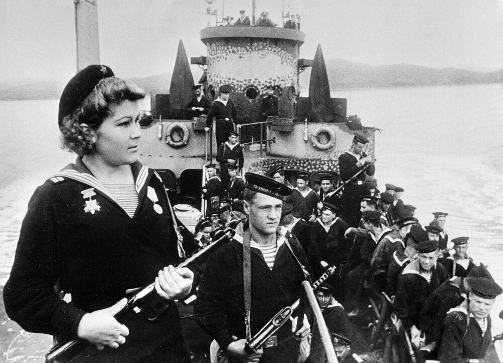 Força de marinheiros desembarcada da Frota do Pacifico a caminho de Port Arthur, 1945