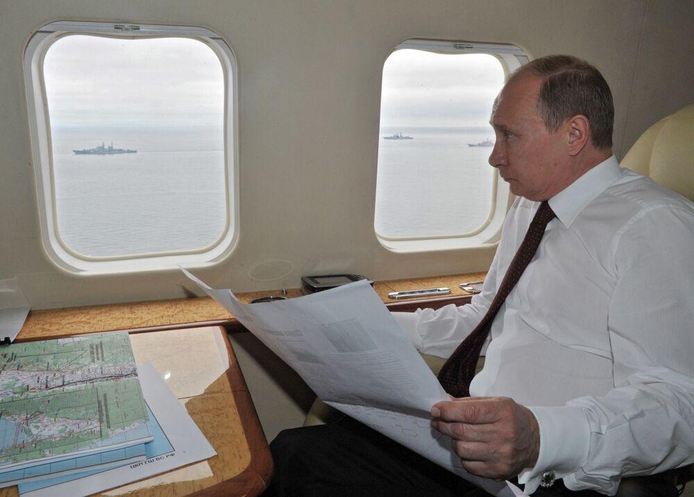 Presidente da Rússia Vladimir Putin percorre de helicóptero a área das manobras da Frota do Pacifico, 2013