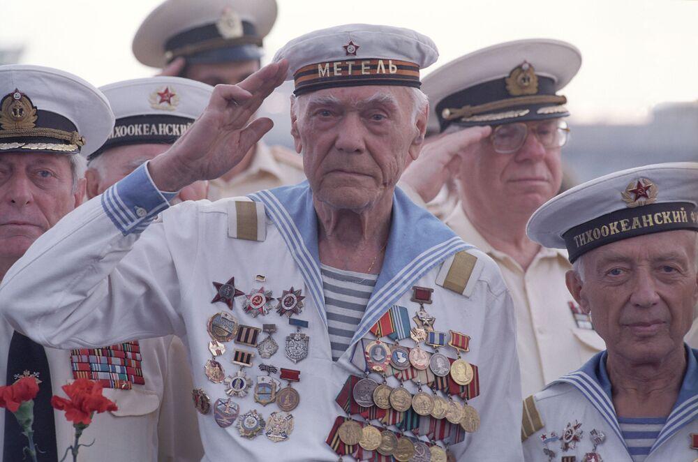 """Veteranos da Frota do Pacifica durante a manifestação """"300 anos da Marinha da Rússia"""" perto do cabo Gangut, 2001"""