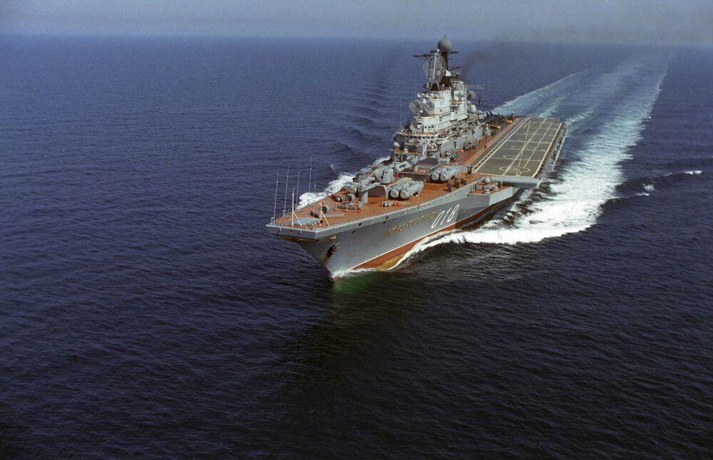 Cruzador porta-aviões Novorossiysk durante manobras, 1985