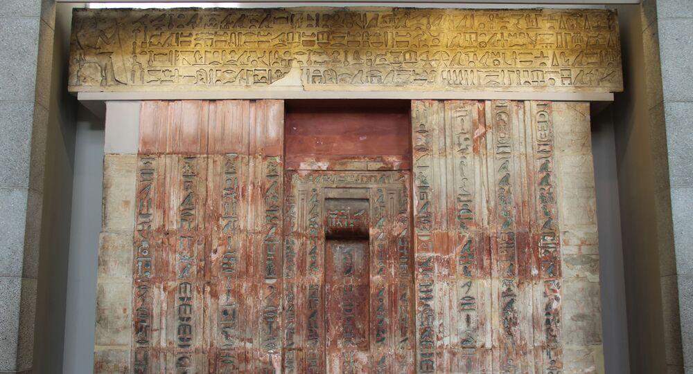Porta falsa do faraó Ptahshepses da quinta dinastia, cerca de 2400 a.C.