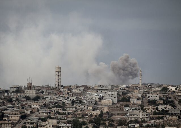 Ataque aéreo na vila de Kafr Nabuda, em Idlib (arquivo)