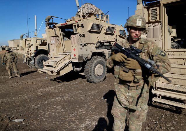 Soldado norte-americano perto de um veículo das Forças Armadas dos EUA em Bartella, no Iraque (arquivo)