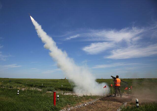 Militar dispara míssil terra-ar do sistema de lançamento portátil Igla nas competições militares Céu Limpo 2019