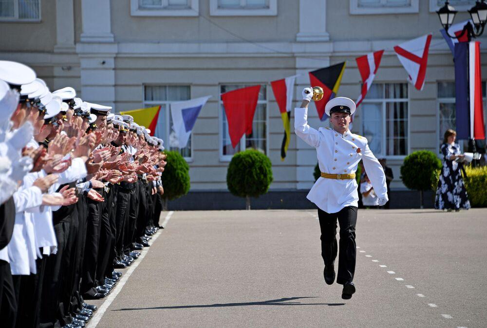 Cadetes da filial da Escola Naval Nakhimov durante o último dia de aulas em Sevastopol, Rússia